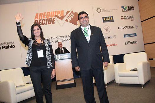 Yamila Osorio y Javier Ísmodes a la salida del debate de la UCSP el lunes 10 de noviembre.